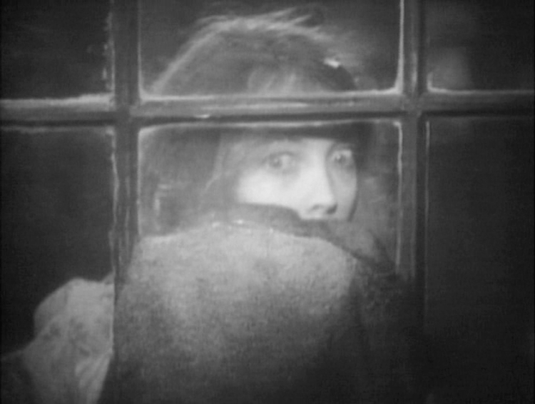 Lillian Gish (Letty Mason) got mad alone in the house - The Wind