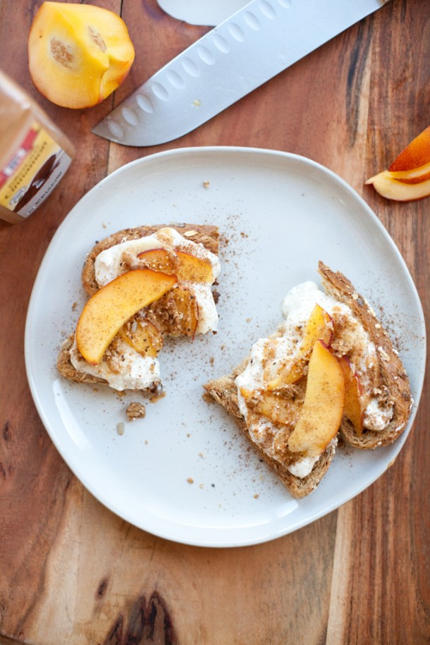 Cottage Cheese and Peach Toast www.lillieeatsandtells.com #macrofriendly #macrofriendlyrecipes #healthybreakfast #lowfat #highprotein