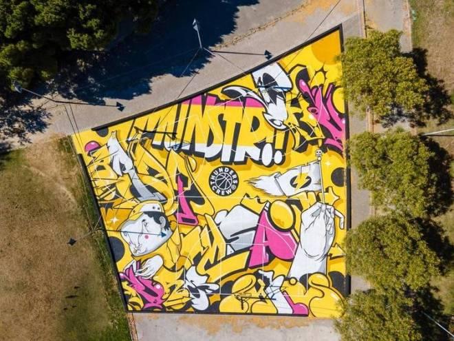 Arte urbana sui campi di basket di Lisbona