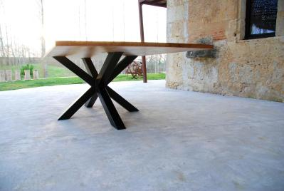 Table artisanale en chêne massif avec pieds acier noir thermolaqué de forme mikado