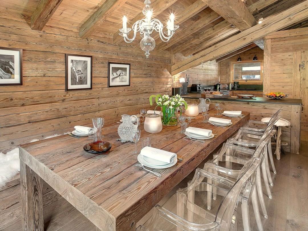 Une salle à manger toute de bois vêtue