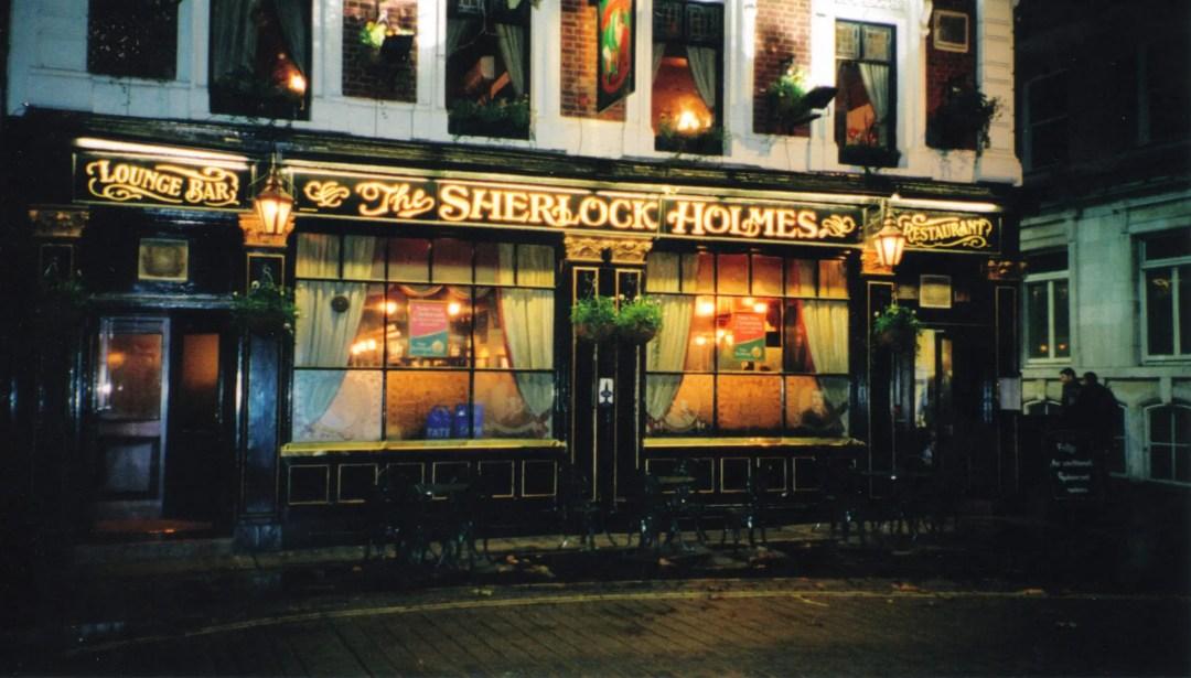 Un pub anglais typique aux néons attrayants