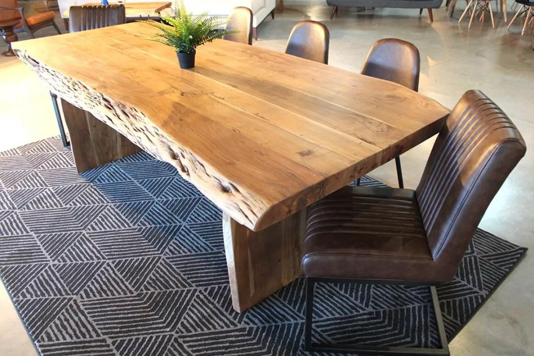 Une belle table dans la tradition live edge