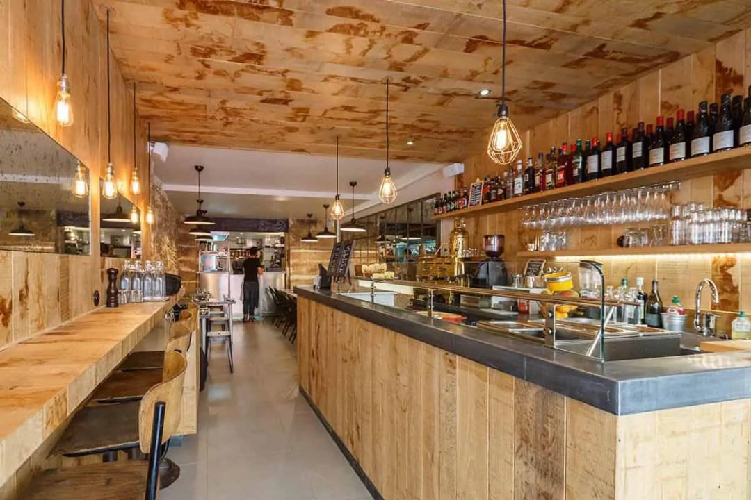 Un beau restaurant aux comptoirs en bois