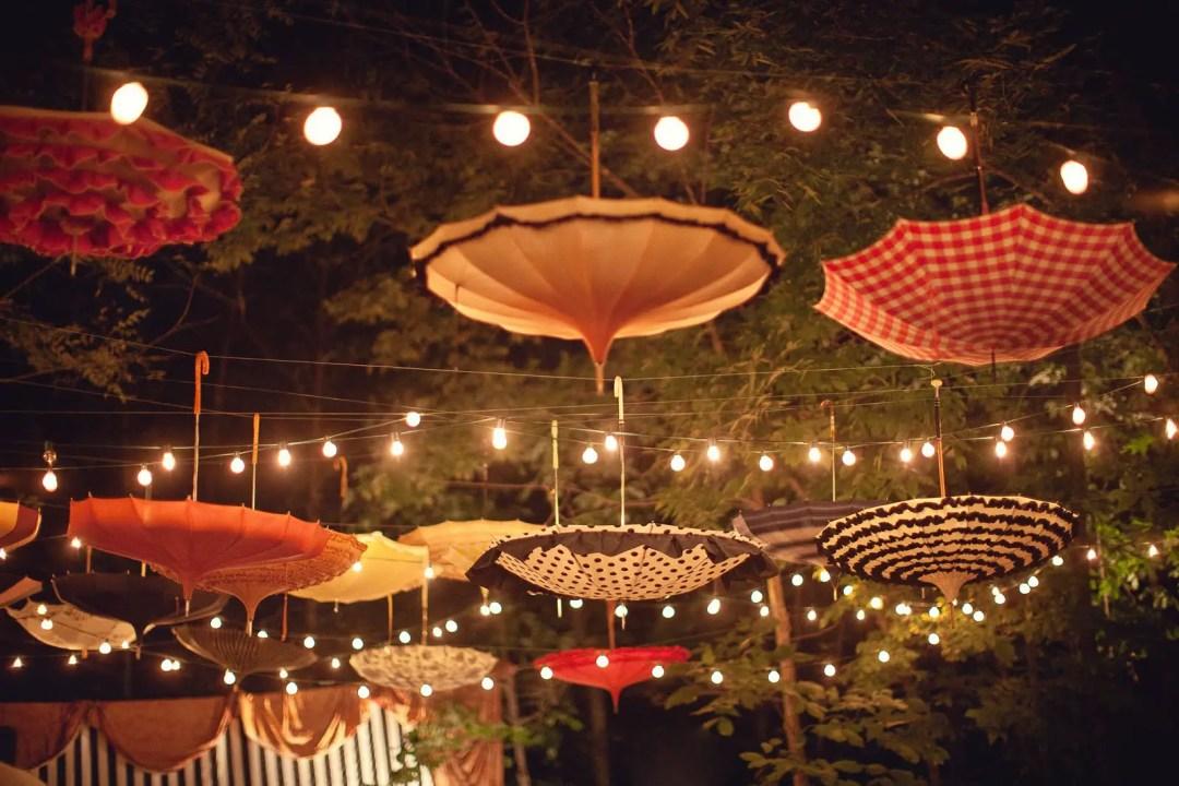 Parapluie accroché à l'envers pour une déco féérique dans votre jardin