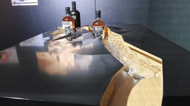 table en bois whisky