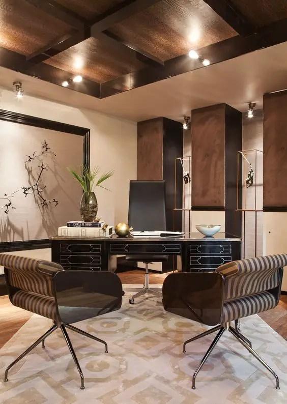 Un bureau très moderne avec un plafond et des soutiens en bois
