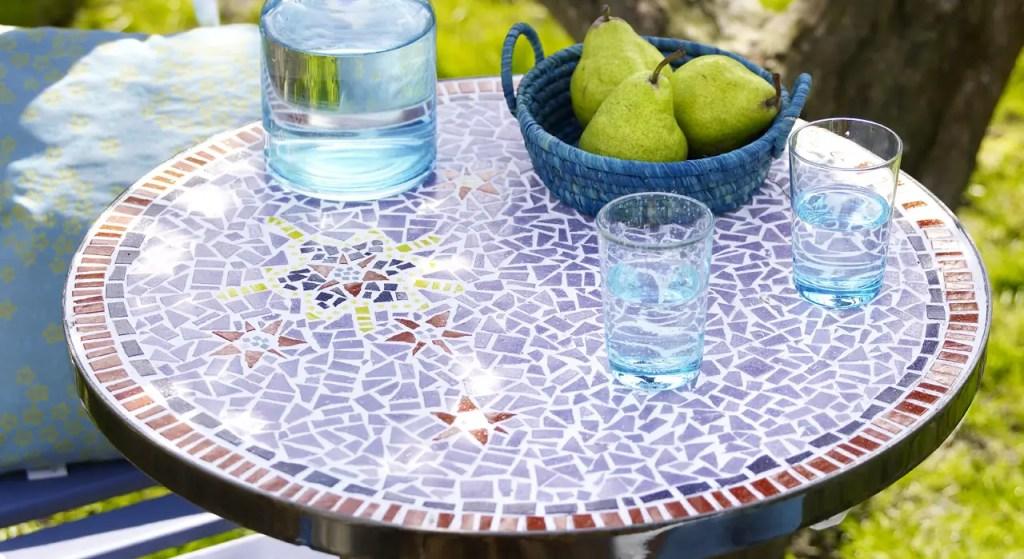 Une table de jardin en céramique, parfait pour les goûters en plein air!