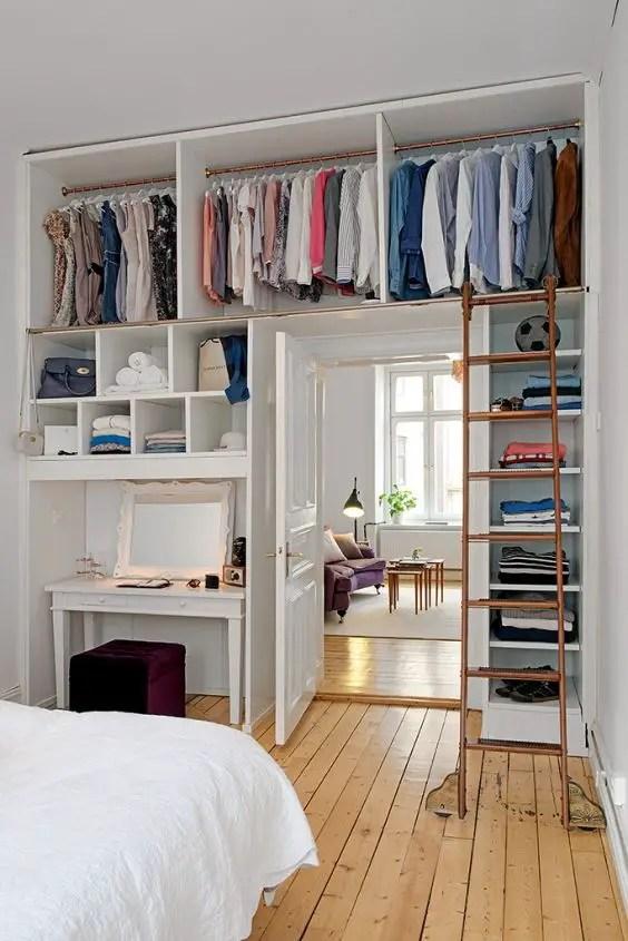aménagement d'un petit espace, dressing au dessus d'une porte