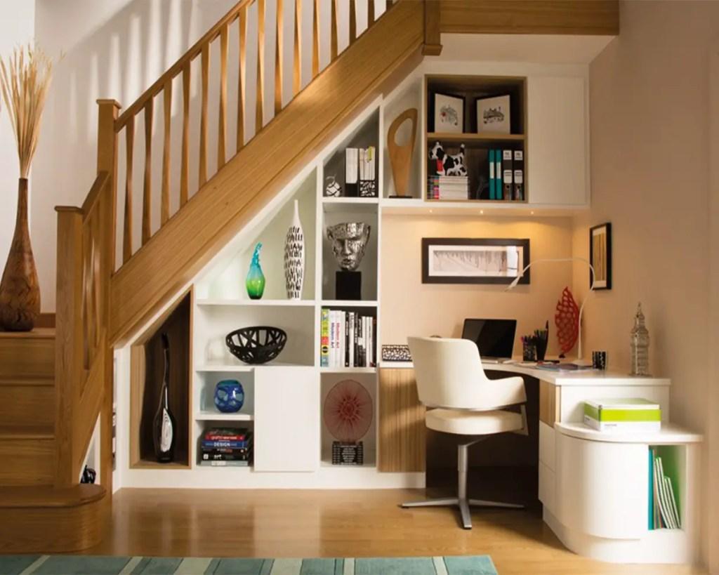Un bureau sous l'escalier moderne et élégant