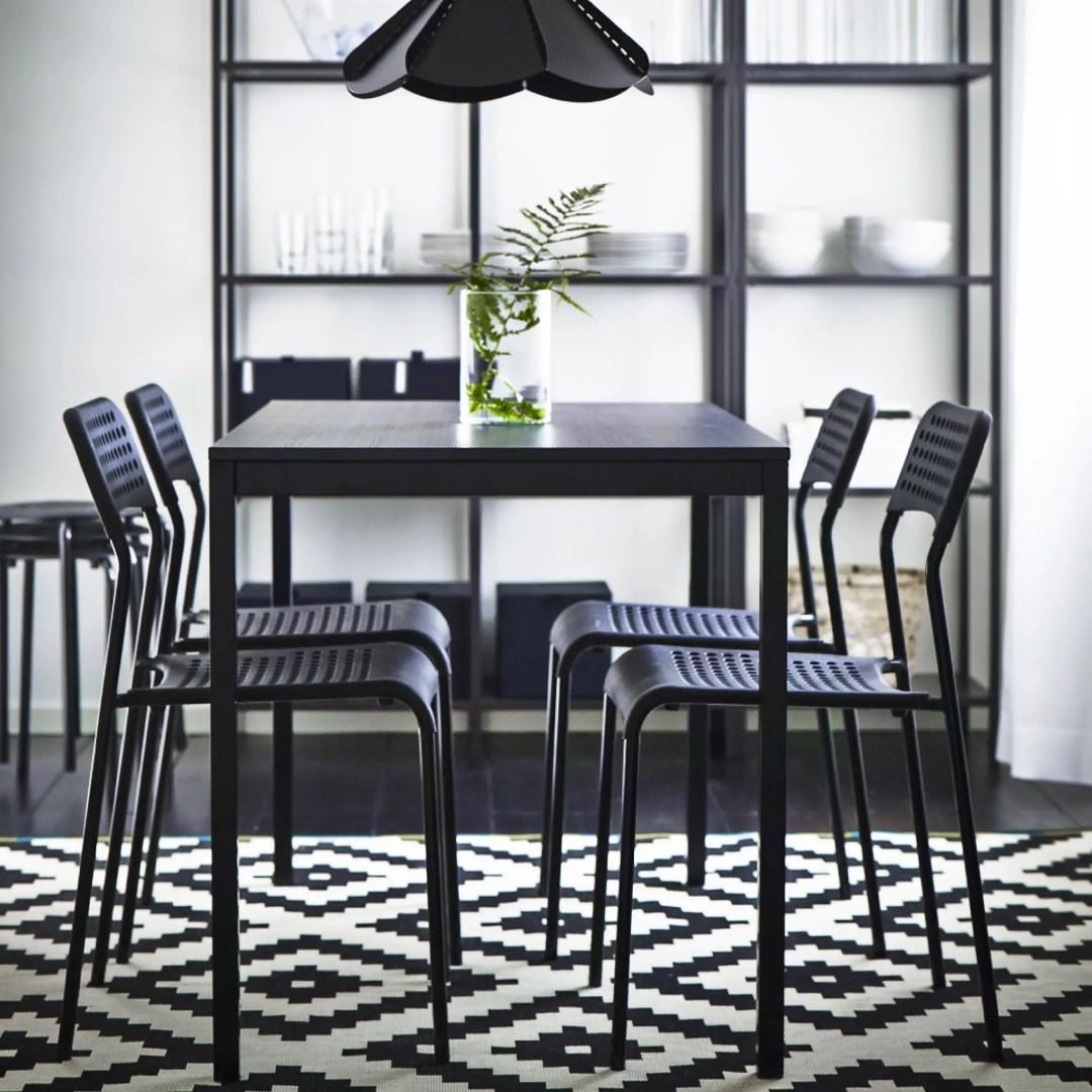 Table noire et chaises noires
