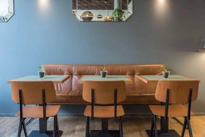 Table de bistrot réalisées sur-mesure pour le restaurant le Mancuso à Bordeaux avec chaises en bois