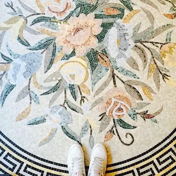 Mosaïque au sol avec motif floraux