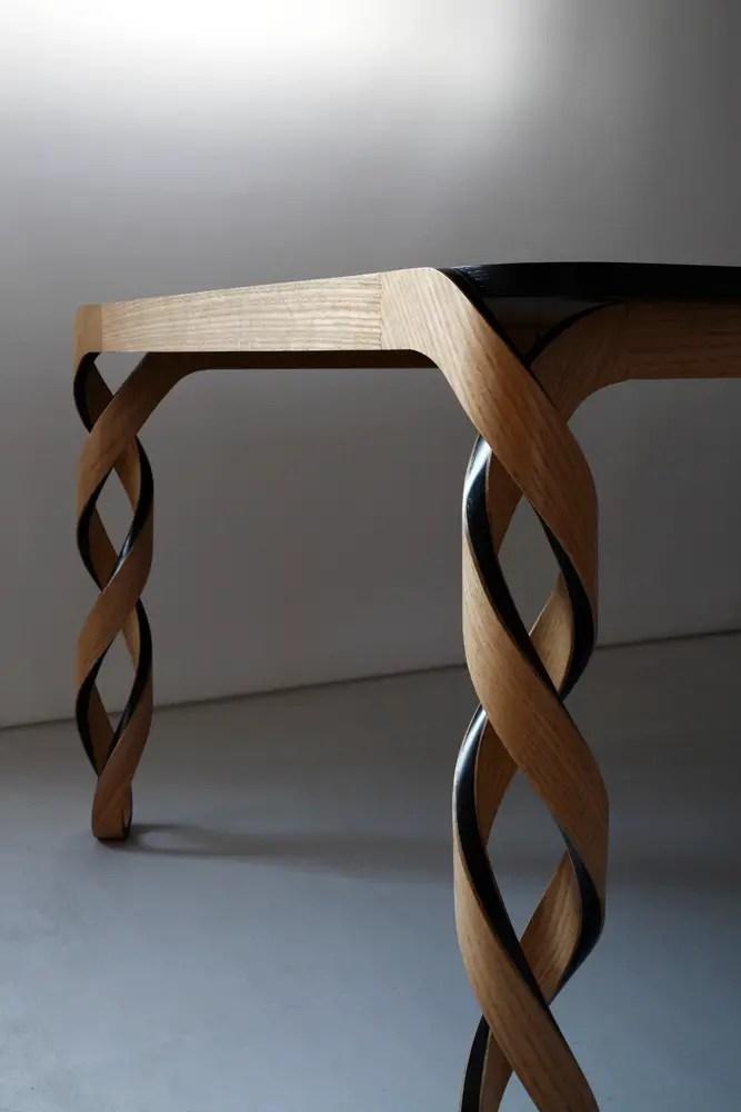 Pieds de table design torsadés, inspiré de la structure de l'ADN