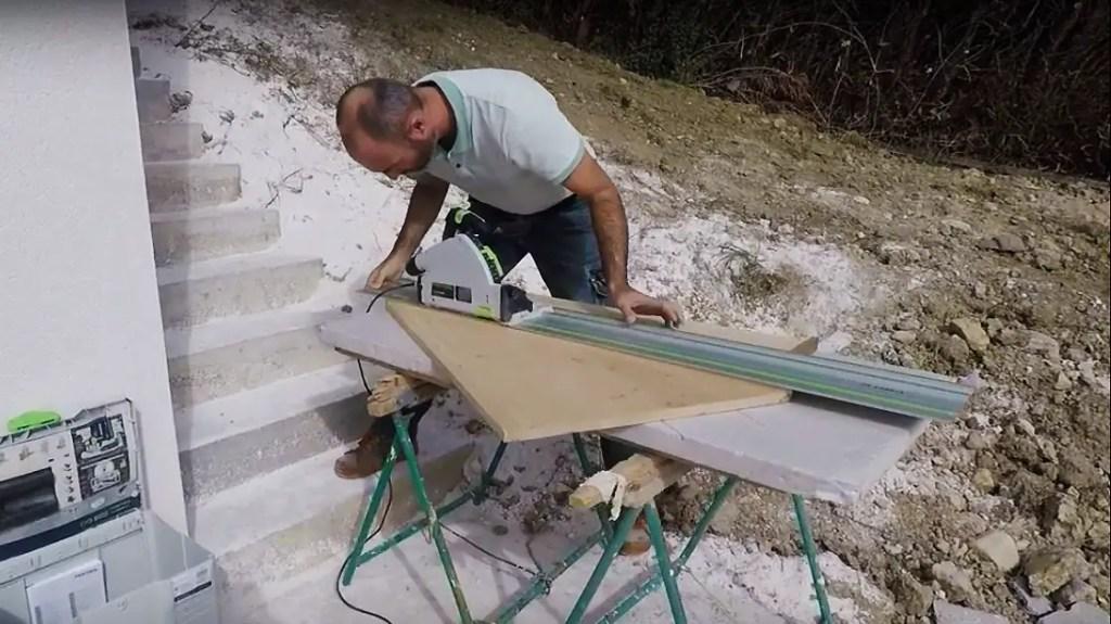 menuisier savoie qui coupe une planche de bois