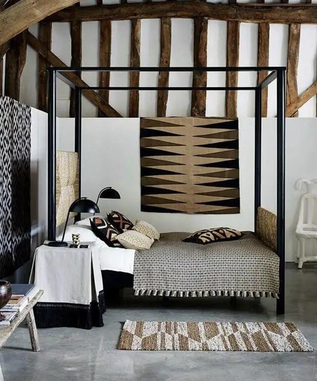 Une chambre d'inspiration africaines avec les textiles naturelles noir en blanc en motif néographique