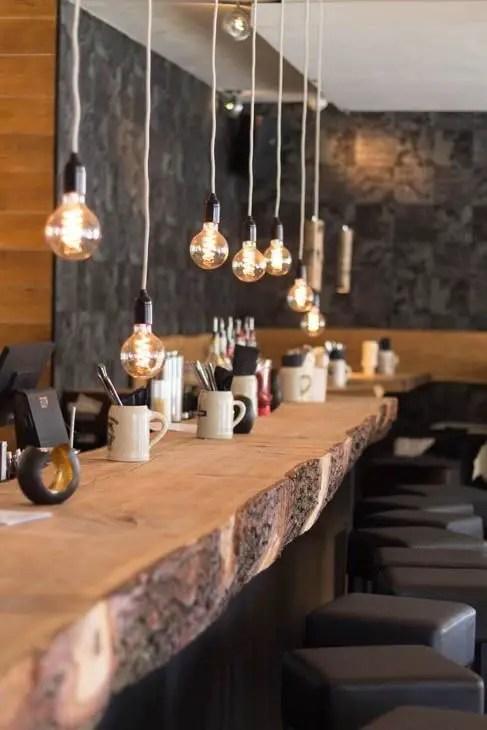 comptoir bar en bois pour une ambiance chaleureuse