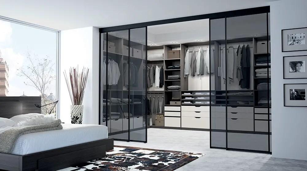 Dressing dans une chambre avec portes coulissantes transparentes