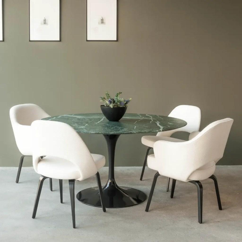 Une table en marbre vert pour une salle à manger chic.