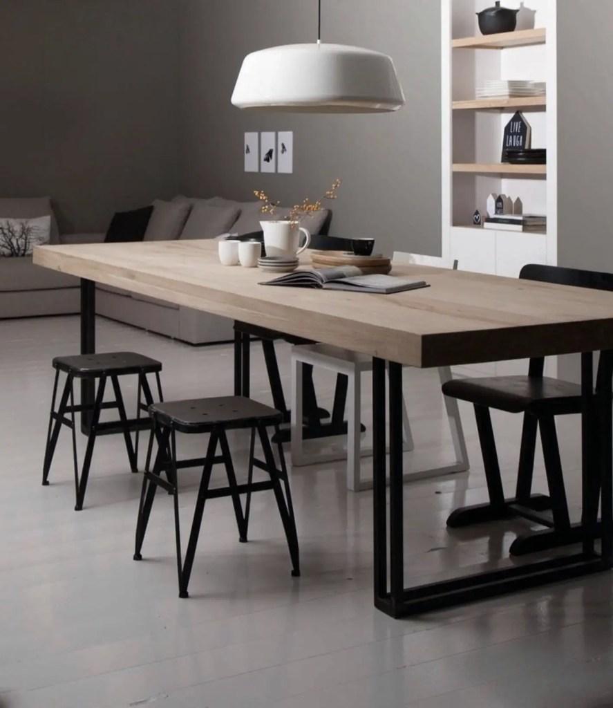 Une table de ferme moderne avec les pieds en métal.