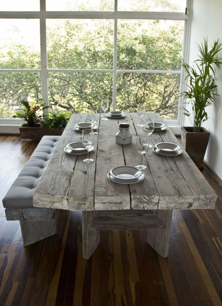 table plancher de wagon avec bancs dans salle à manger
