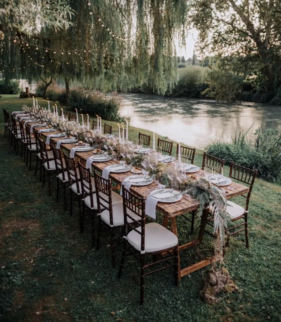 La réception d'un beau mariage au dehors.
