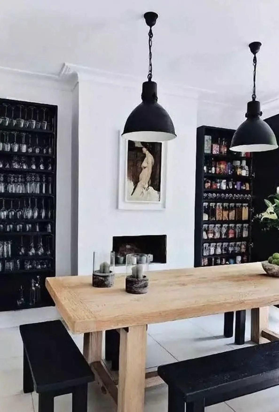 Salle à manger en noir et blanc avec une table vieux ferme.