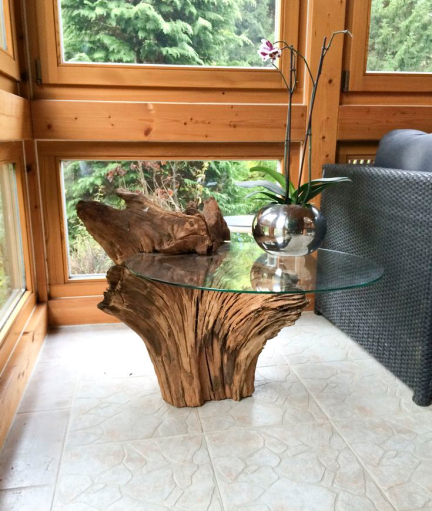 Une table d'appoint en bois flottant.