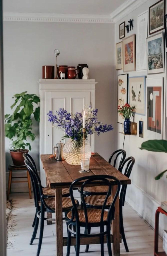 Une salle à manger avec une table de ferme vintage.