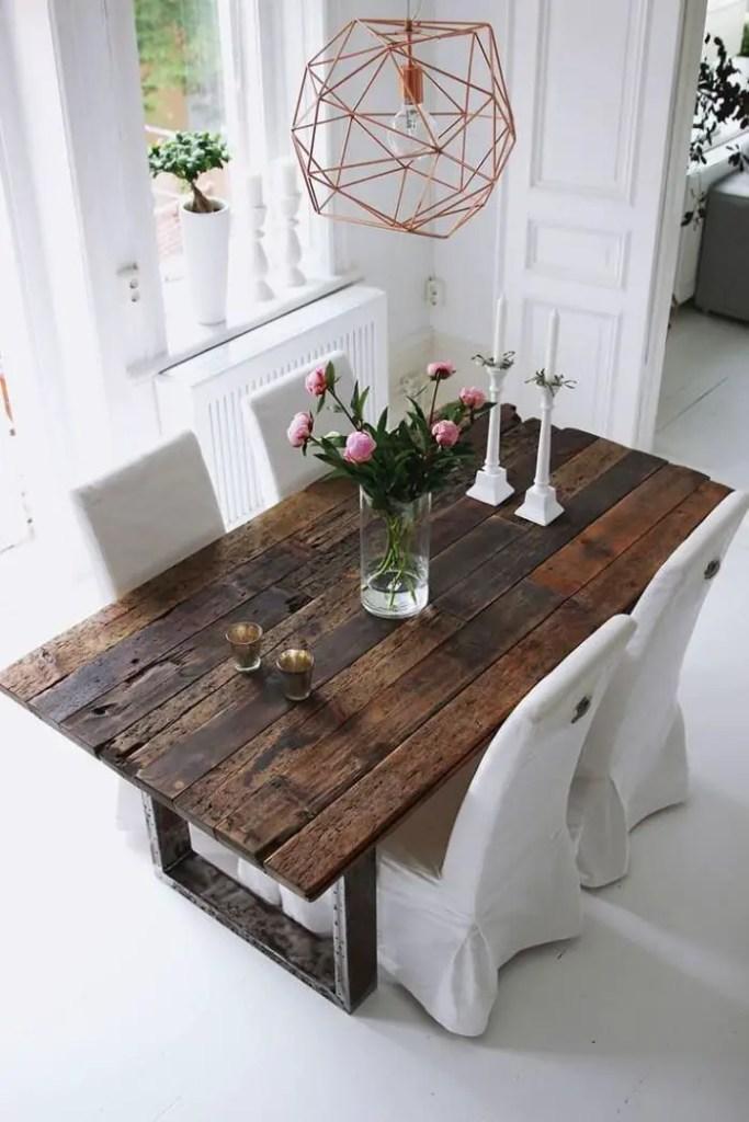 salle à manger avec table brun foncé et décor blanc épuré