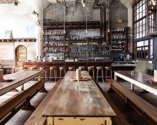 La table de ferme en bois, entre authenticité et convivialité