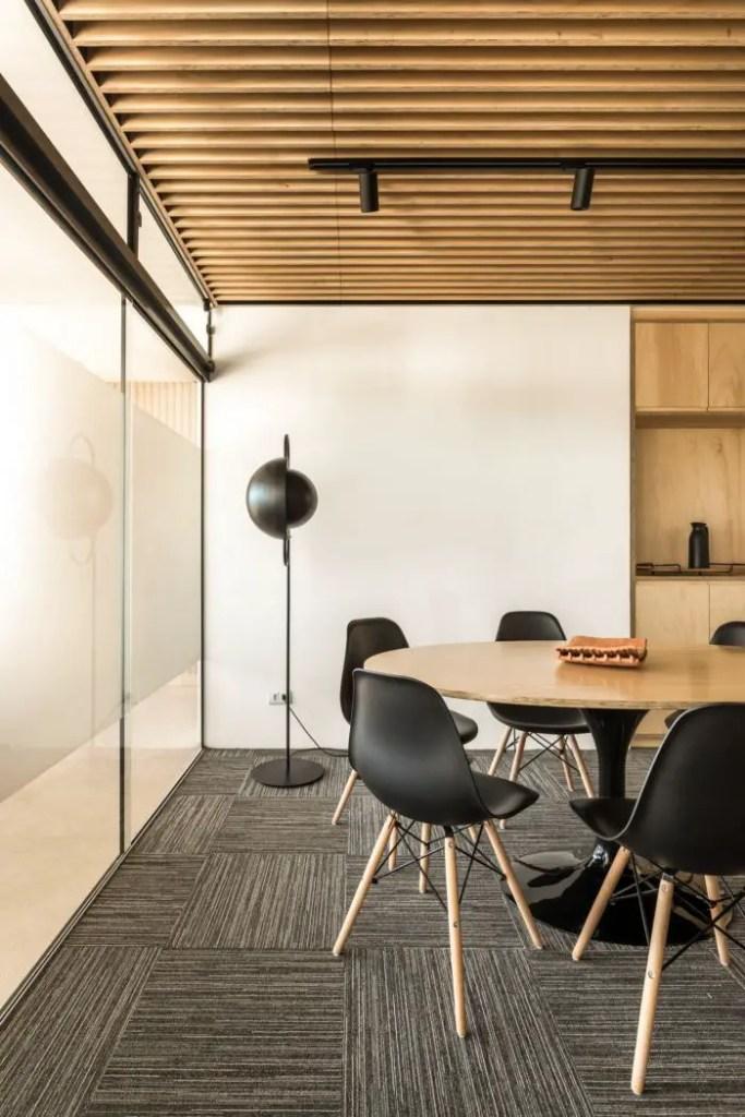 Petite table en bois ronde avec chaises noires