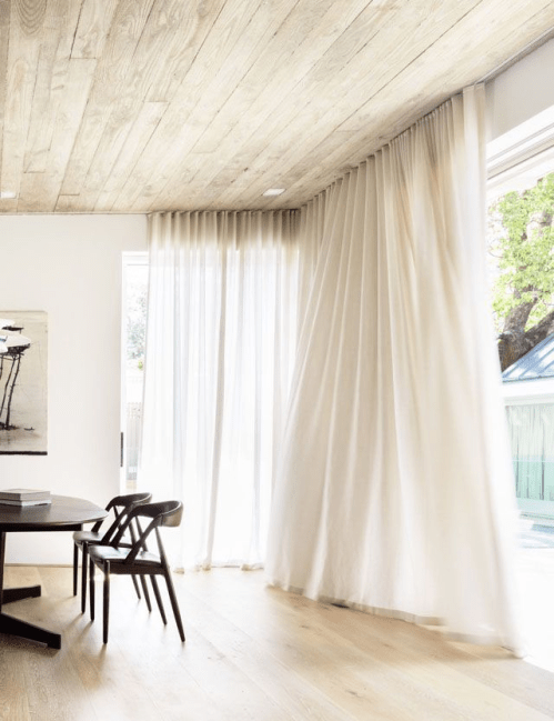 intérieur épuré avec rideaux blancs