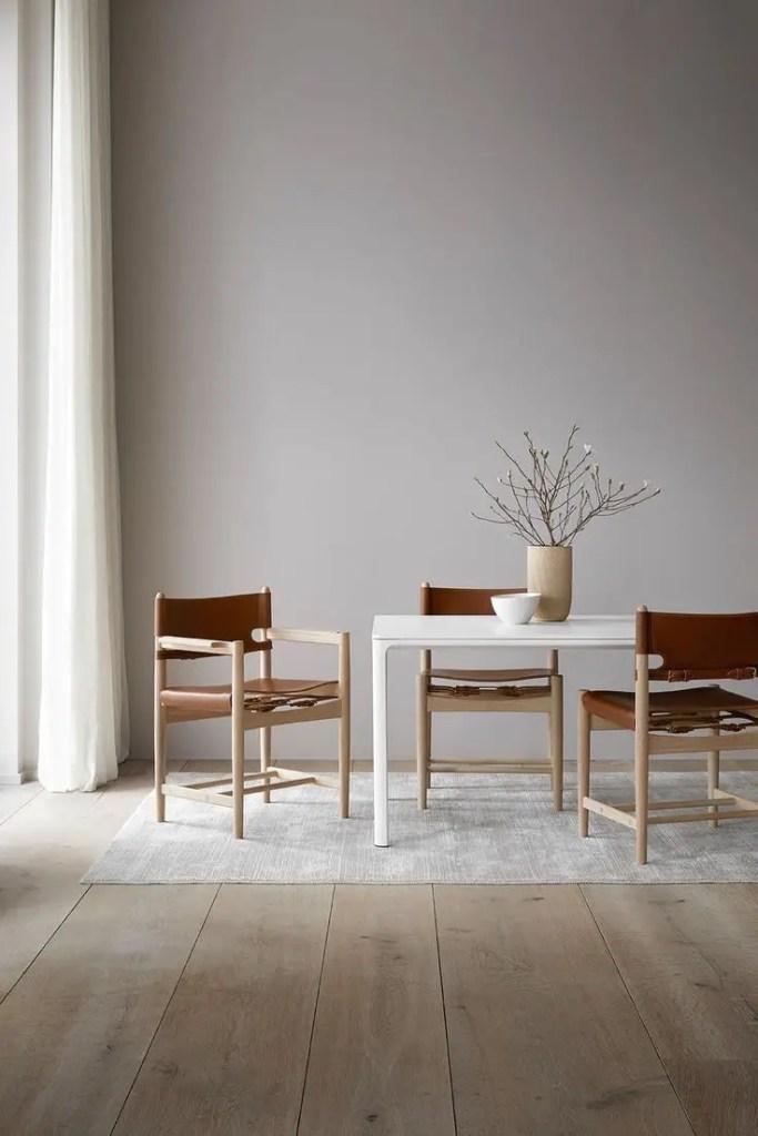 salle à manger minimaliste avec chaises en bois et cuir