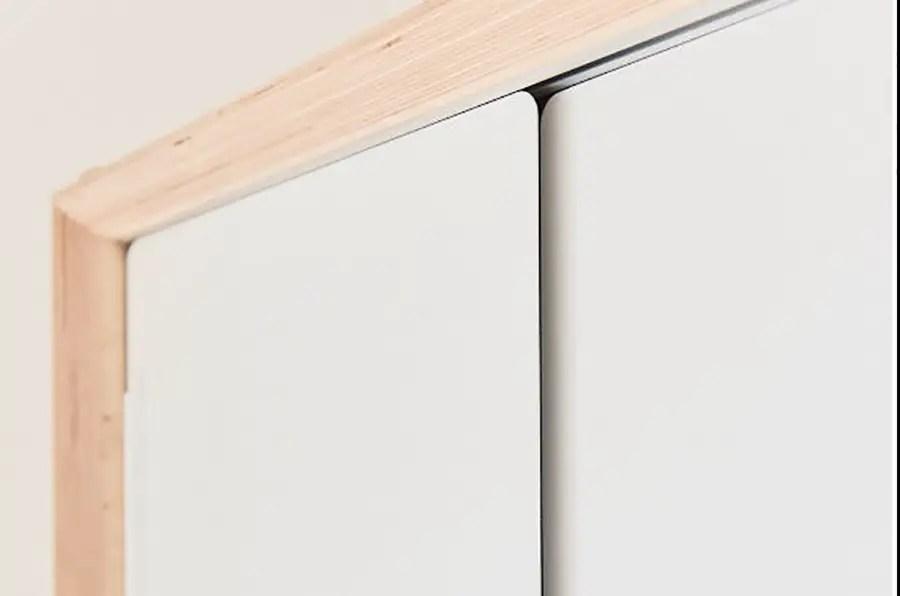 zoom sur des portes coulissantes blanches de meuble TV