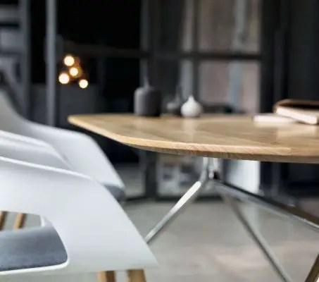 Table de réunion en bois et pieds en métal