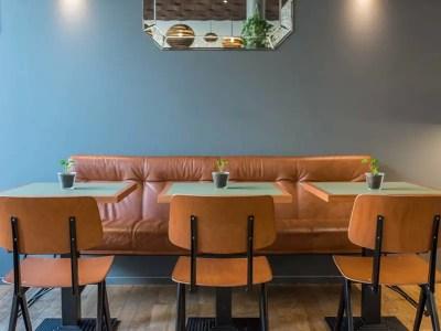 table de bistrot carrée en bois et linoléum