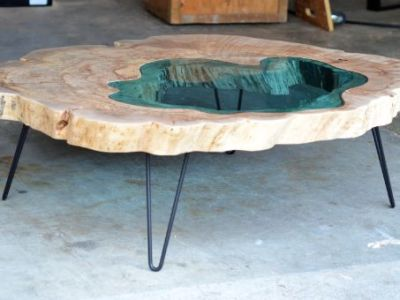 Table rivière en bois avec résine epoxy bleu et pied en métal