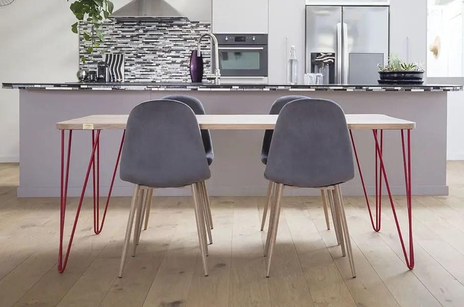 table style scandinave avec piétement hairpin rouge