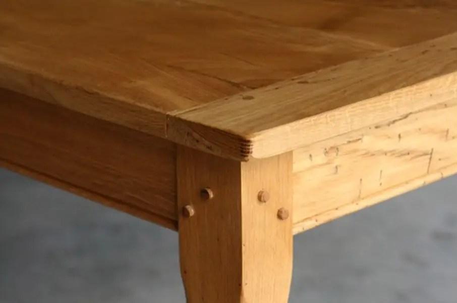 gros plan sur une table de ferme en chêne massif