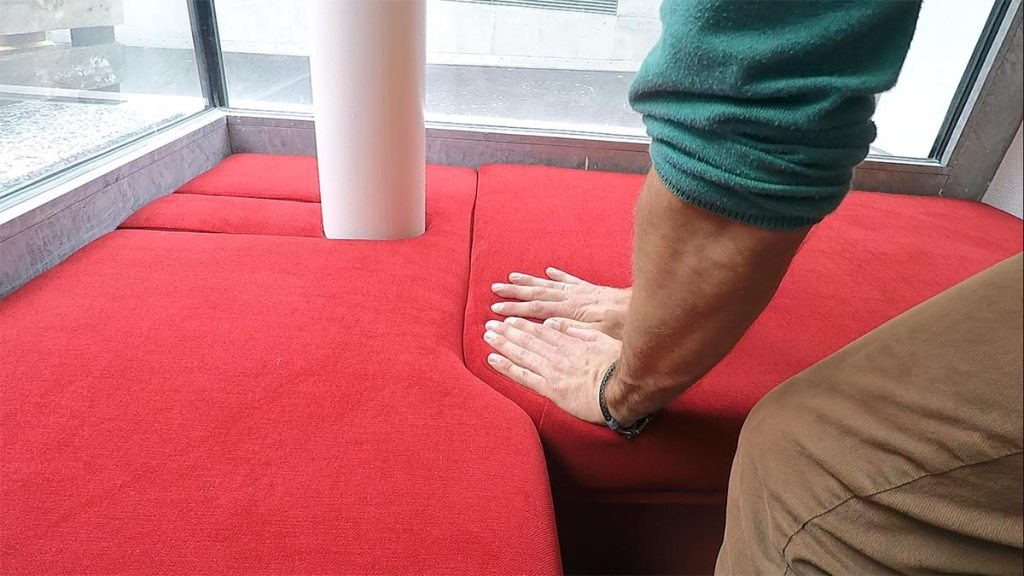 banquette rouge posée lors de l'agencement d'un restaurant