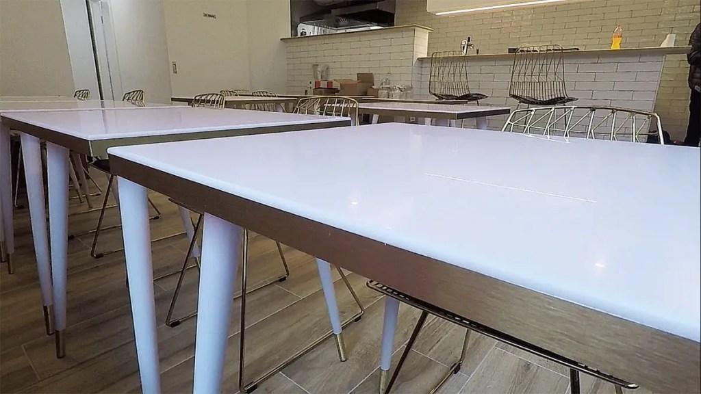 zoom sur une table en krion et laiton