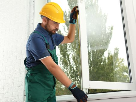 pose de fenêtre par un artisan