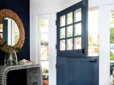 Porte d'entrée bleue en bois qui s'ouvre en deux