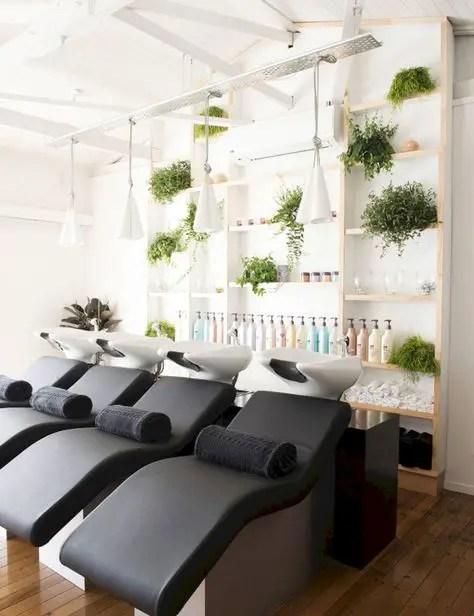deco salon coiffure espace shampoing avec étagères en bois