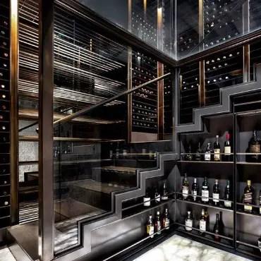 Cave à vin sur-mesure avec rangement sous escaliers