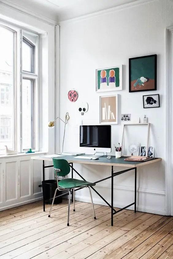 Aménagement d'un bureau maison avec une décoration de tableaux au mur