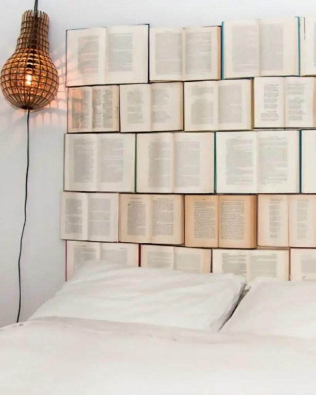 tête de lit fabriquée à partir de livres