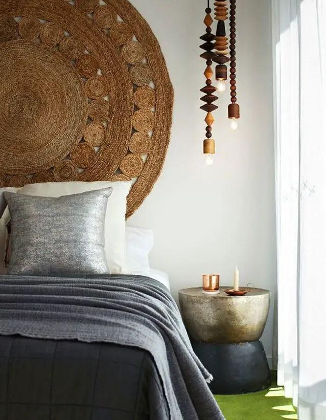tête de lit avec un tapis tressé