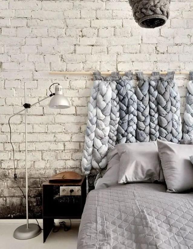 tête de lit composée de tresses en tissus gris